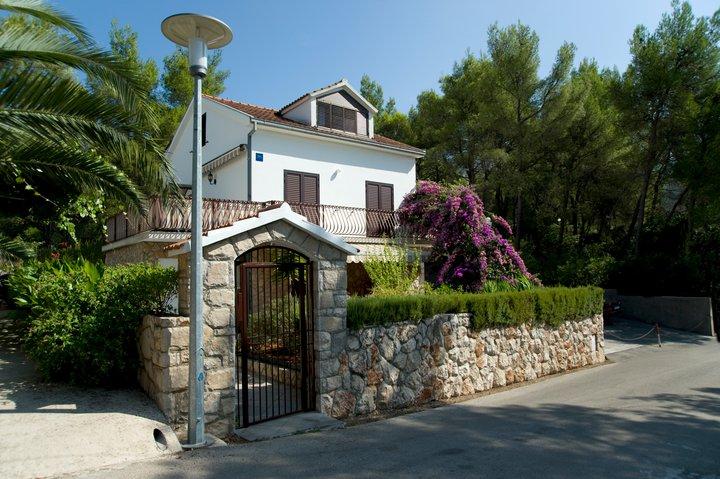 Villa Dina, Eingang